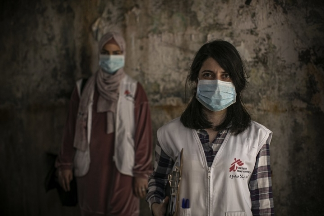 レバノンのパレスチナ難民キャンプで、持病があるなど感染リスクが高い人向けに訪問ケアを行うMSFスタッフ (C) Diego Ibarra Sanchez
