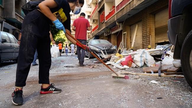 街にはガラスの破片やがれきが散乱している (C) Mohamad Cheblak/MSF