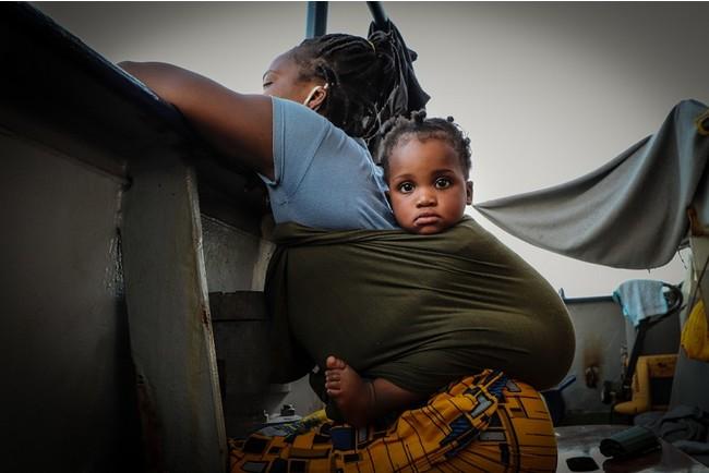 シーウォッチ4号により救助され、シチリア島の海岸への下船を待つ母親と赤ちゃん=8月31日撮影 (C) MSF/Hannah Wallace Bowman