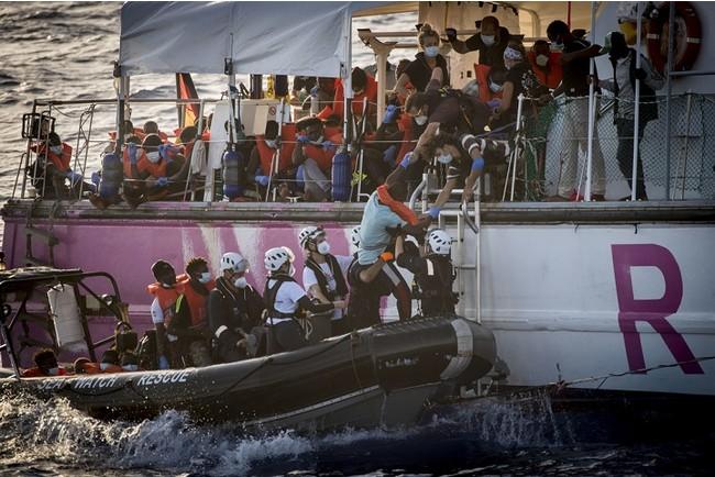 150人以上がルイーズ・ミシェル号からがシーウォッチ4号に移送された=8月 29 日撮影 (C) Thomas Lohnes/MSF