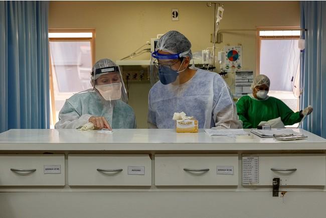 ブラジル中西部アキダウアナで新型コロナ感染者を治療するMSFの医師ら (C) Diego Baravelli/MSF