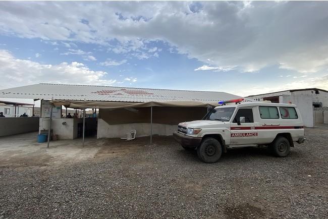 モカMSF外傷病院の外で待機する救急車。高度な手術が必要な患者はアデンのMSF病院へ搬送する (C) Hareth Mohammed/MSF