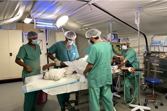 イエメン南西部の町モカにあるMSF外傷病院で負傷者の外科手術を行う医療スタッフ (C) Hareth Mohammed/MSF