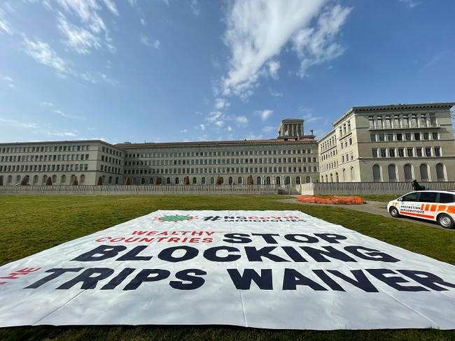 WTO本部前でMSFが行った横断幕による抗議=2021年3月4日撮影 (C) Pierre-Yves Bernard/MSF
