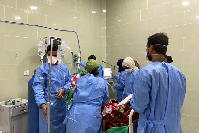 新型コロナ治療センターで重症患者治療にあたる医療スタッフ (C) MSF/Hareth Mohammed