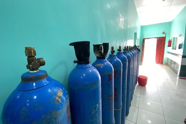重症患者の治療には大量の酸素ボンベが必要となる (C) MSF/Hareth Mohammed