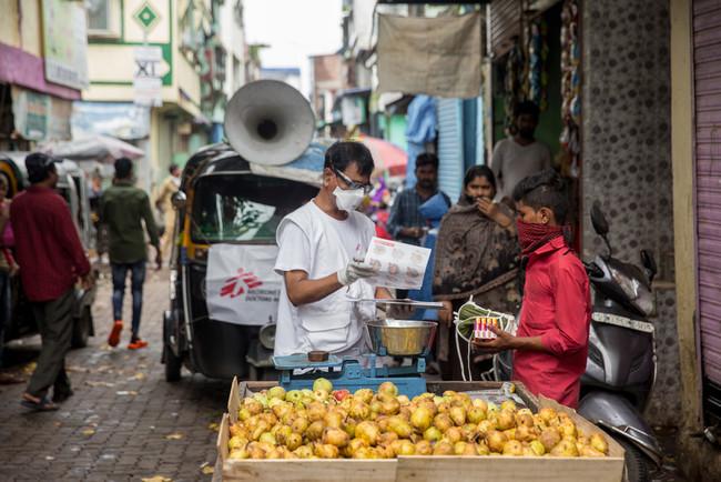 インド・ムンバイのスラム地区でせっけんとマスクを配布するMSFスタッフ (C) Abhinav Chatterjee/MSF