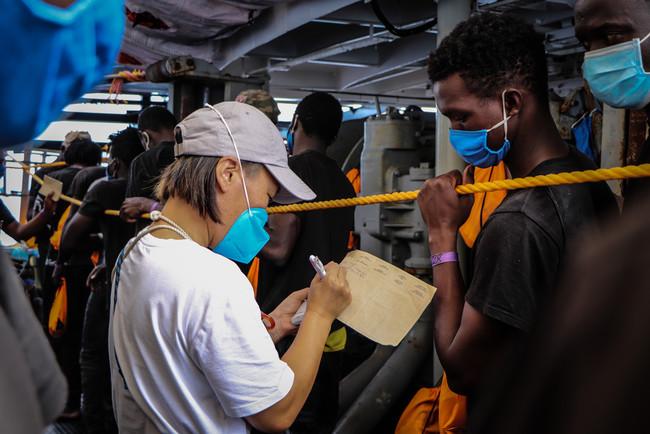 2020年に活動した別の救助船上で救助者の検温をする日本人助産師=2020年9月2日撮影 (C) Hannah Wallace Bowman/MSF