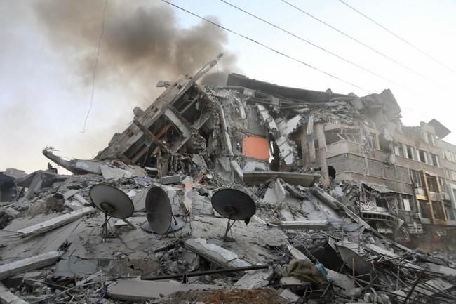 イスラエル軍の空爆によって破壊されたガザ地区のアル・シュルークタワー=5月12日撮影 (C) Fady Hanona/MSF