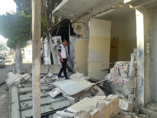 空爆の被害を受けた診療所を確認するMSFのスタッフ (C) MSF