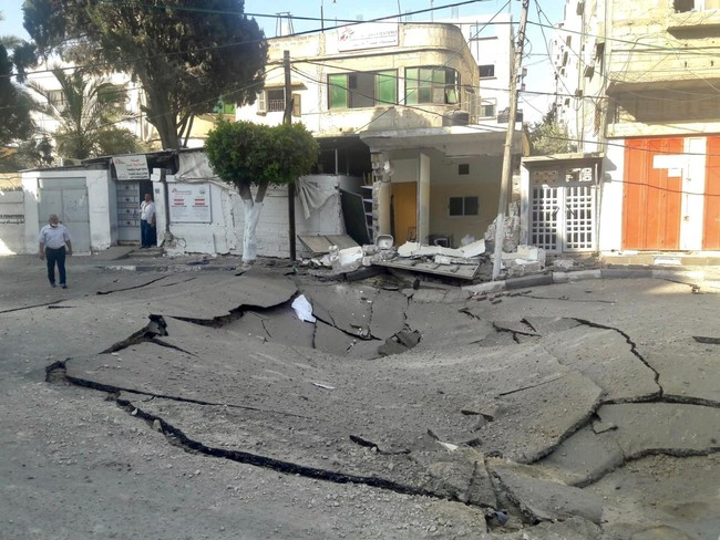 周辺の道路も空爆の被害に 病院への道が寸断された (C) MSF