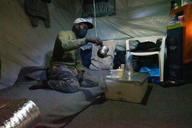 サモス島バティのホットスポットで暮らすカメルーン人男性 (C) Evgenia Chorou