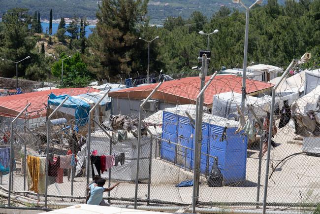 サモス島に設置された多目的受入・照会センター (C) Evgenia Chorou