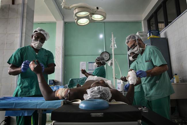 路上で襲われた男性の手術をするMSFチーム=2020年 (C) Albert Masias/MSF