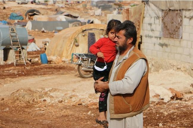シリア北西部イドリブ県にあるキャンプでテント暮らしをする親子。何度も避難を繰り返してきた=2020年 (C) Abdul Majeed Al Qareh/MSF