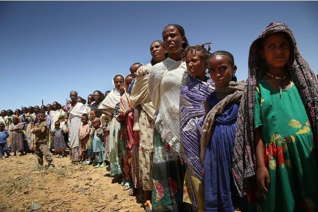 エチオピア北部ティグレ州の村で行われたMSFの移動診療。子ども連れの女性が多く訪れた=2021年3月 (C) Igor Barbero/MSF