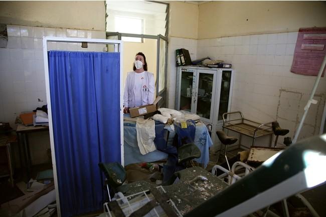 ティグレ州にある医療施設を点検するMSFスタッフ。紛争の当初にロケット弾で攻撃を受けた=2021年3月 (C) Igor Barbero/MSF