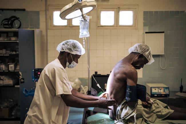中央アフリカ・バンガスーにて、ヘルニア患者を治療するMSF手術チーム=2021年1月 (C) Alexis Huguet