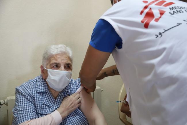 ワクチンの接種を受けるレバノンの男性 (C) Tracy Makhlouf/MSF