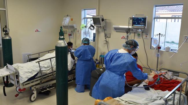 ペルー・クスコの病院で新型コロナ重症患者の治療を行うMSFスタッフ (C) Clement Locquet/MSF
