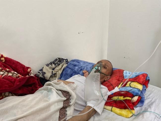イエメン・サヌアの新型コロナ治療センターに入院する男性。治療に必要な酸素の不足が深刻だ (C) MSF/Hareth Mohammed