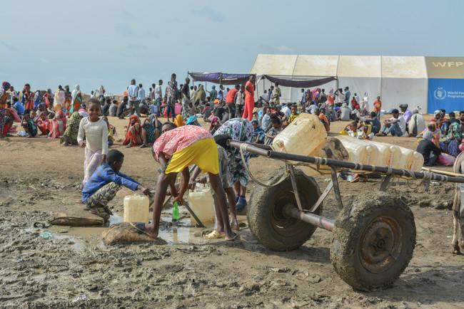 スーダン東部にあるアル・タニデバ難民キャンプで給水する少年たち (C) MSF/Dalila Mahdawi