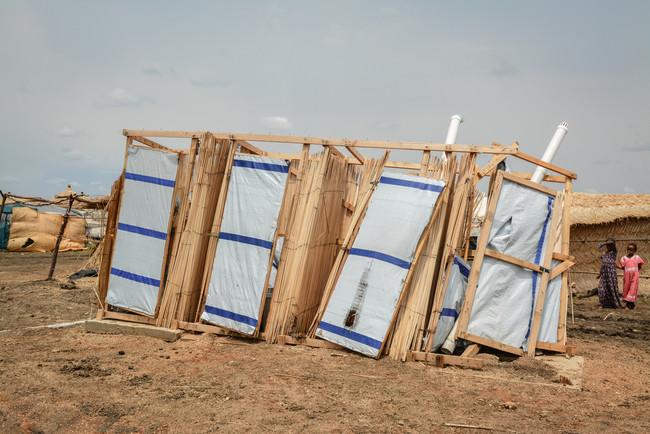 暴風で破損したアル・タニデバ・キャンプのトイレ=2021年7月 (C) MSF/Dalila Mahdawi