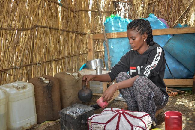 アル・タニデバ難民キャンプに暮らす女性。同キャンプでは汚染された食品や水を介して感染するウイルスであるE型肝炎が発生している (C) MSF/Dalila Mahdawi