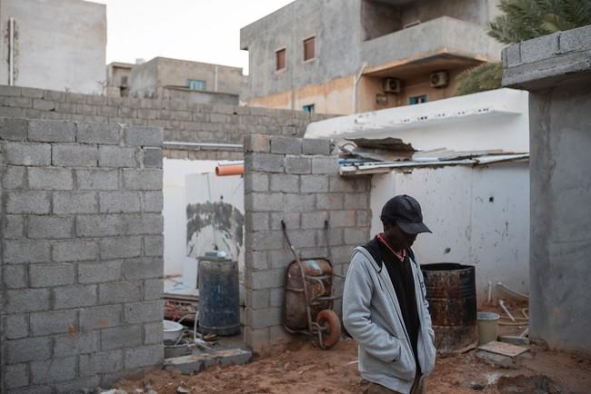 10年前にスーダンのダルフールで起きた戦争からリビアに逃れてきた男性。現在、トリポリで日雇いの仕事をして生き延びているが、移民・難民の生活環境は、非常に危険な状態だと話す=2020年1月 (C) Giulio Piscitelli