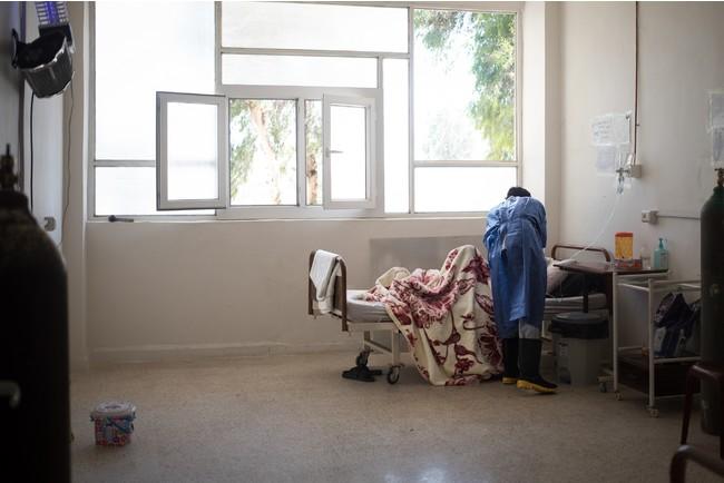 北東部のラッカ国立病院の新型コロナ病棟で治療を受ける患者=2021年6月 (C) Florent Vergnes