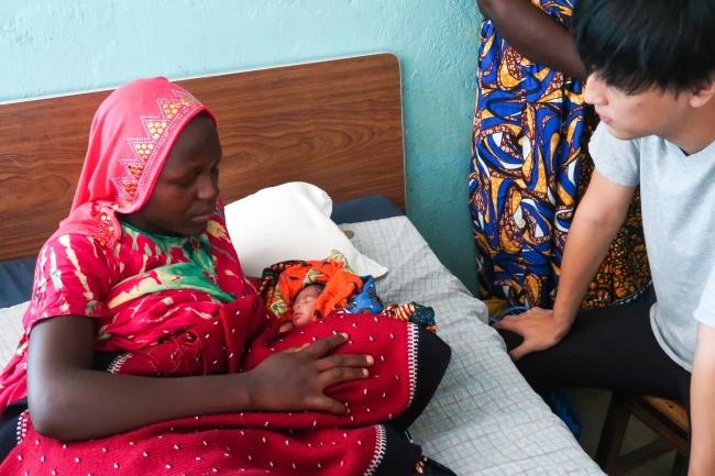 タンザニアの病院で小さく生まれた赤ちゃんのお母さんの話を聞くNPO法人あおぞら理事長 葉田甲太
