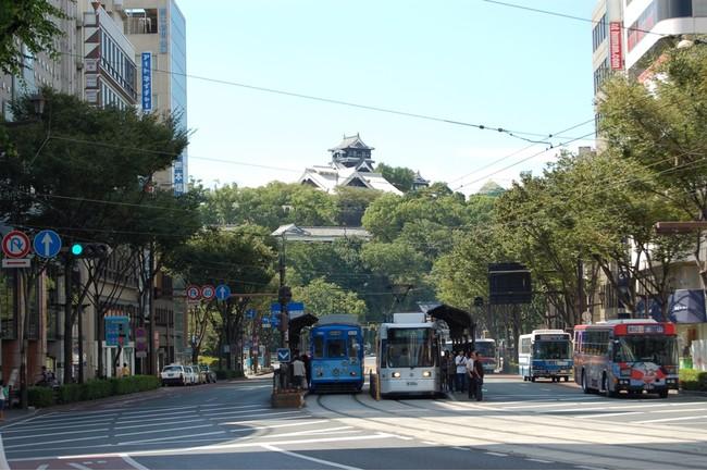 熊本城下を走る路面電車