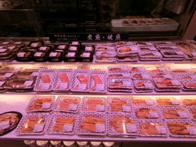 店舗で販売している原料を使用した店内製造の「煮魚・焼魚」を販売しています。