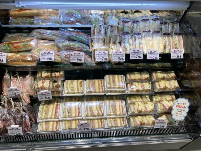 フレッシュサンドイッチや専用窯で焼き上げる本格ナポリピッツァも販売しています。