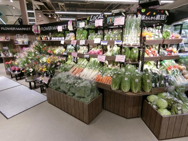 「農家さんから直送」コーナーで地場の野菜を販売しています。