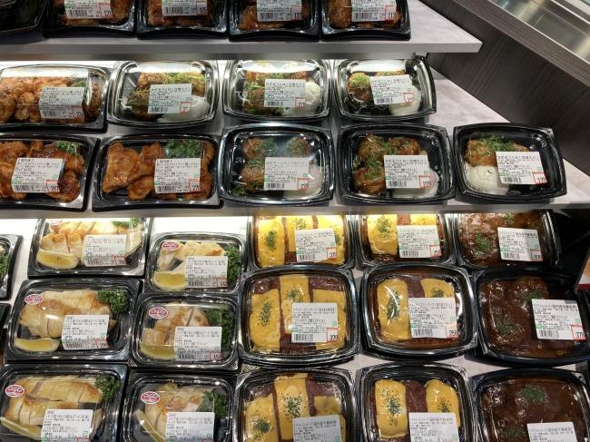 店舗で販売している原料を使用したお肉のお総菜を「グリルキッチン」コーナーで販売しています。昼食に最適です。