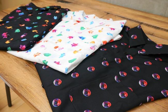 手前から 柄シャツ モンスターボール(長袖、半袖) 柄シャツ パターン White(半袖) 柄シャツ パターン Black(長袖) 長袖 各6,600円/半袖 各5,500円 企画展を象徴する、モンスターボールやポケモン柄のユニセックスな総柄シャツです。