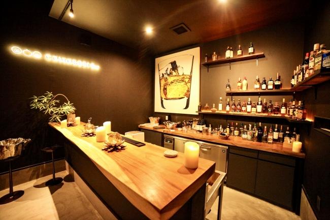 Barスペース〜夜の森とテントの光の揺らぎを眺めながらお酒を楽しめる