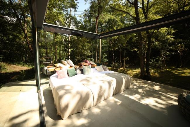 大自然の中で寛ぐ究極の開放感が味わえる客室『光の箱』〜協力LIXIL