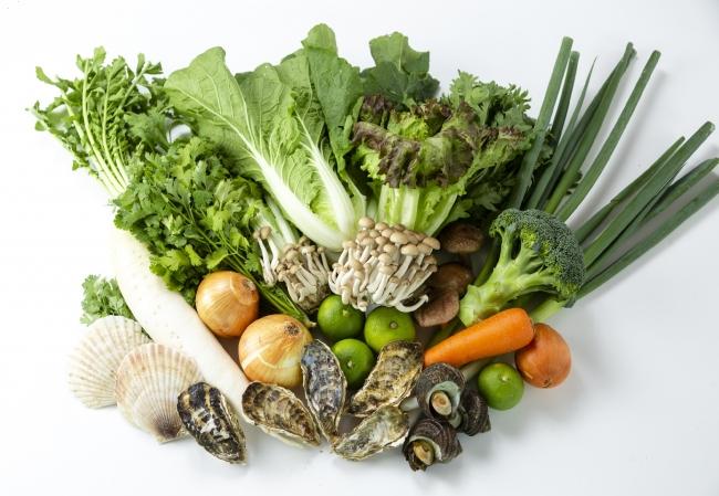 契約農家から直接仕入れる野菜と、産直の糸島産牡蠣を目当てに都心部から訪れる人が多数