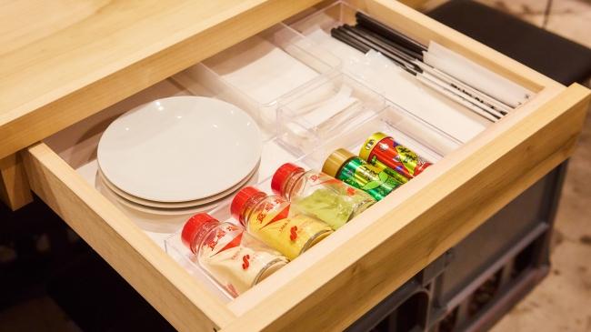 各テーブルの引き出しには、豊富な卓上調味料を格納