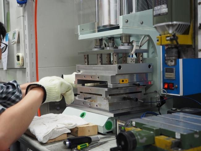 プラスチックは細かく粉砕し機械で圧力をかけて成型する