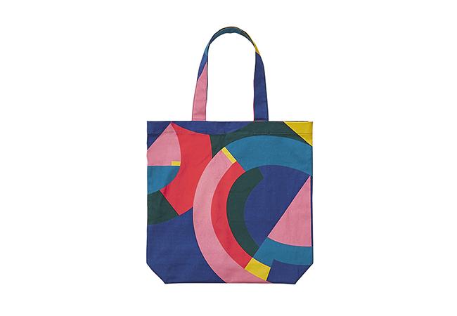 """""""25TH ORIGINAL TOTE BAG"""" ザ・コンランショップの6色柄がプリントされたカラフルなトートバックは、ラージサイズで容量もたっぷり。5,400円(税抜)"""