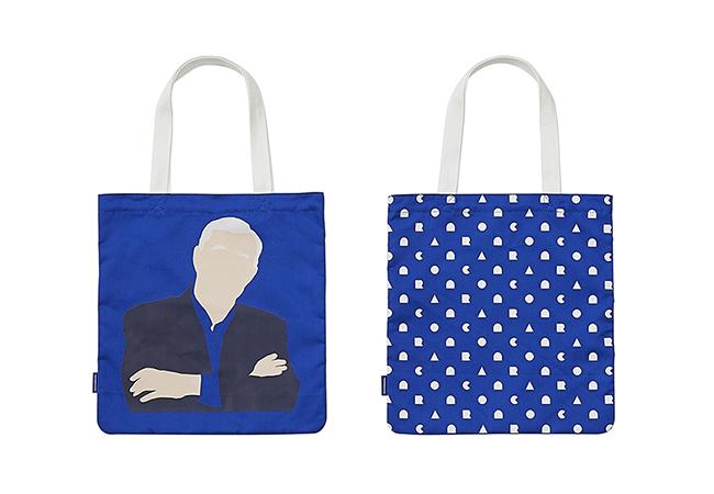 """""""25TH ORIGINAL TOTE BAG"""" 鮮やかなコンランブルーのトートバッグは、アイコニックなテレンス・コンランのイラストがインパクト大。2,500円(税抜)"""