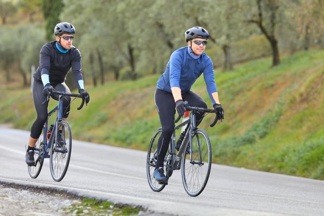 快適サイクリングを楽しめるメンズ・サイクリングタイツです。フォームパッドが振動を吸収し擦れを軽減。