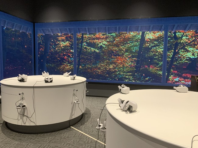 室内の壁3方向に設置された巨大なLEDデジタルサイネージ屏風では、桜や紅葉などの美しい日本の四季の情景が映し出され、スマホなどで記念撮影ができます。