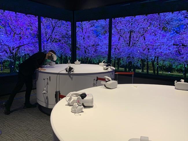 VRを装着すると、テーブル上に立体ホログラム映像が目前に広がります。