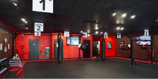 赤と黒を基調にアメリカンテイストでクールな内装デザインです