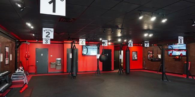 赤と黒を基調にアメリカンテイストでクールな内装デザインです。