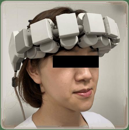 fNIRS装置を使用して脳活動を計測する様子